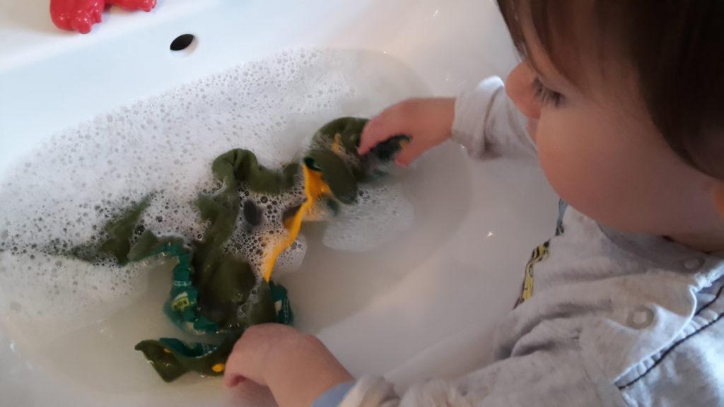 Auch ein Zweijähriger kann seine Wäsche selbst waschen.