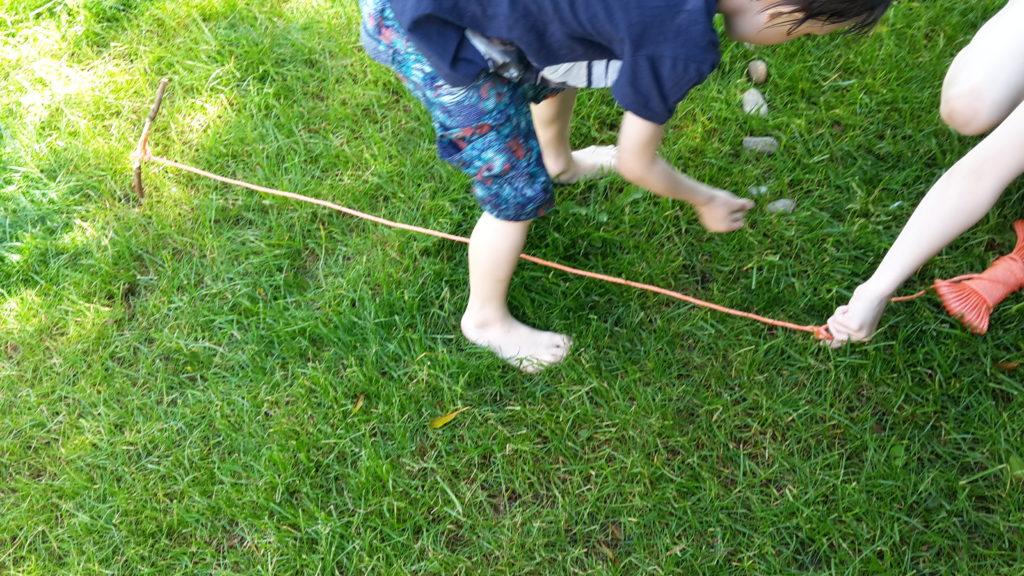 Bohnentipi - zuerst einen Krei aus Steinen legen