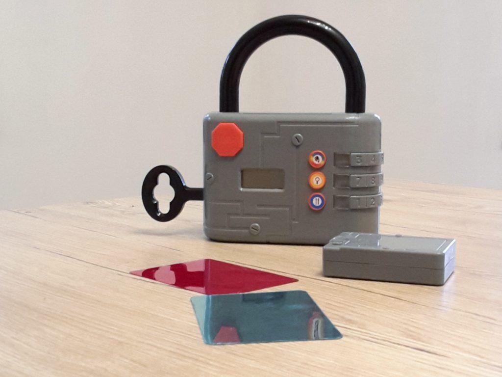 Das Schloss und die Detektivausrüstung aus dem Spiel Exit Kids Code breaker aus dem Kosmos Verlag