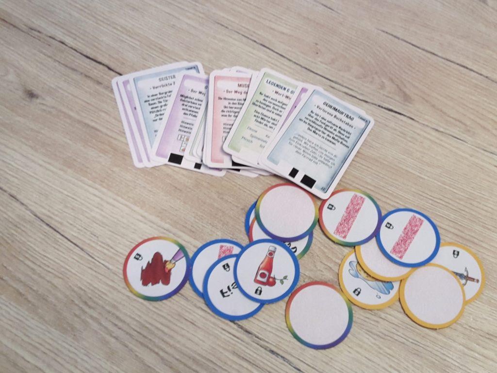 Aufgabenkarten und Hinweisplättchen aus dem Spiel Exit Kids Code breaker aus dem Kosmos Verlag