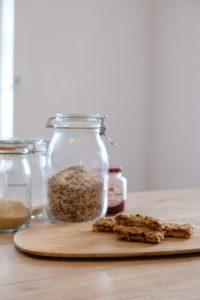 Selbstgemachte Himbeer Müsliriegel. Einfach aus wenigen Zutaten hergestellt und der ideale Snack für Kinder